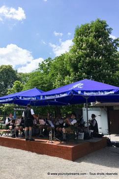 Un orchestre bavarois dans le Biergarten Hirschgarten de Munich