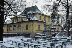 Le Biergarten de la tour chinoise en hiver sous la neige