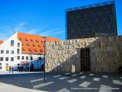 La Jakobsplatz et son musée juif, à l´architecture moderne, est un lieu très agréable