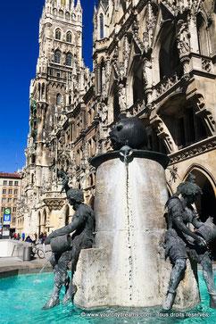 La fontaine aux poissons devant l'hôtel de Ville de Munich