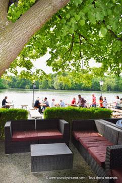 Déguster une bière au bord du lac dans le jardin anglais