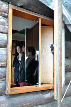 ジャン・プルーヴェが詳細設計した2重構造の窓。 内側の鏡面扉で調整しながら外光を取り込めます。