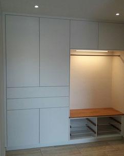 Tischlerei Feinschliff Bielefeld: Garderobe, grifflos, Drehtüren, Schubkästen, LED-Beleuchtung