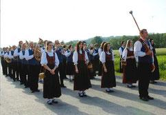 Die JMK in Marschformation empfängt die Gastkapellen