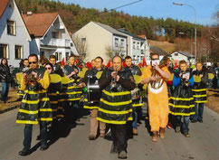 Die Musikanten diesmal als Bienen unterwegs