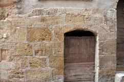très souvent, on remarque des murs en pierre de tuf