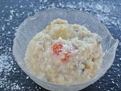 Süßer Milch-Couscous mit Früchten