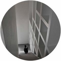 Progetto di ristrutturazione con piano casa affidato all'architetto De Gobbi dello studio di architettura Casettastudio. Il progetto architettonico è stato integrato con il progetto degli interni e dell'arredamento
