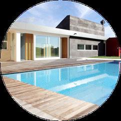 Lussuosa villa con piscina a Verona progettata dagli architetti Castagnini e Scamperle che hanno curato anche il progetto di interior design e dell'arredamento
