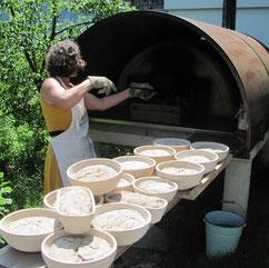 Helga Graef beim Brotbacken | www.brot-und-leben.at