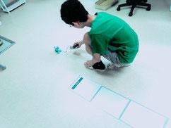 モーターの仕組みを学んだり、一歩踏み出して足を閉じる細かい動きをプログラミングして、命を吹き込みます!