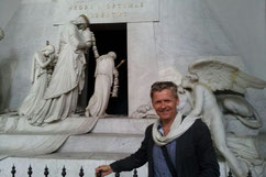 Guide Peter vor dem Canova Grabmahl