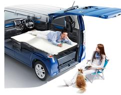 フルに空間を使えば、大人が寝そべってもご覧の通りの使いよう。リラックスが出来る車種だ。