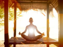 Heilsame Meditationen nach Jesus Lopez, Frau am meditieren, Licht in der Mitte