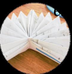Bild: DIY Papier Rosetten und Papierfächer - mit dieser Anleitung Papierfalter als Partydeko und Hochzeitsdeko einfach selber machen, gefunden auf www.Partystories.de