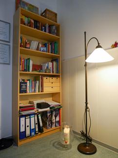 Bücherregal mit Lampe