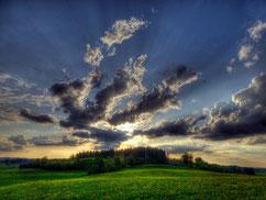 Tiefe Horizontline: Wolken- und Abendstimmung auf der Ludwigshöhe