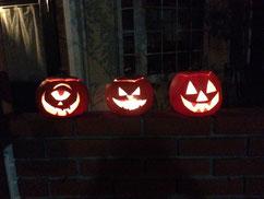 ハロウィンの時期には、教室の前にこわーい(おもしろい?)顔のかぼちゃが並びます