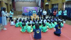 子どもたちは日本の紙芝居に興味深々でした