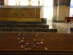 Colliers dizainiers présentés à Sainte Thérèse dans la Basilique de Lisieux