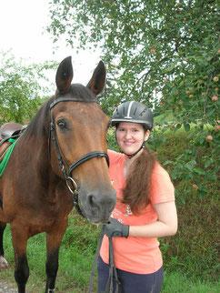 Susanne Kürner, Inhaberin der Tierheilpraxis und Tierbetreuung mit Herz, mit ihrem Pflegepferd