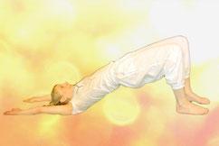 Yogaübung Brücke: Auf dem Rücken liegend Beine abwinkeln und aufstellen, Hüfte nach oben heben