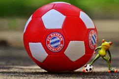 Fußball mit FC Bayern Logo (Foto: Pixabay)