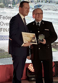 Piet De Munter, Director Strategic Development Brussels Airport Company (left) presents the award to Bart Vleugels, Regional Director Customs and Excise Administration – photo: ms