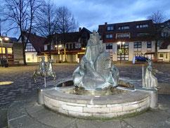 Geschichtsbrunnen auf dem Kirchplatz in Niedermarsberg