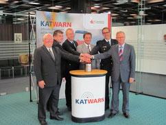 Drückten auf den Startknopf für die Freischaltung des Katastrophenwarnsystems Katwarn in allen zehn Verbandsgemeinden des Westerwaldkreises (Bild: Kreisverwaltung WW)