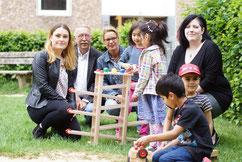 Probierten das neue Spielzeug gleich aus (v.l.n.r.): Die Kita-Kinder Sanela, Maika, Dolorad und Awindar gemeinsam mit Daniela Byrohl (Pro Media Service), Frank Horn (GfS), Alexandra Schenk (Pro Media Service) und Alexandra Sell (GfS) - Foto: GfS