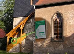 An der Kirche in  Jenaprießnitz wurde eine der ersten Plaketten angebracht. Der KBV unterstützte hier die Neuerrichtung der Treppe sowie die Außen- und Innensanierung. Foto: G. Jahreis (KBV)