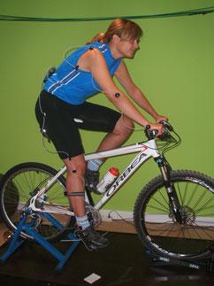 El estudio biomecánico de ciclismo consiste en adaptar nuestra bicicleta a nuestras características físicas y/o objetivos que tengamos, como terminar una Quebrantahuesos, la Talajara, ó la excursión de los domingos con los amigos sin dolor.