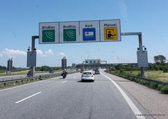 Die Mautstelle der Storebælt-Brücke kündigt sich an