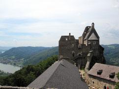 Burg Aggstein, Blick vom Bürgel auf den inneren Burghof und die Hochburg