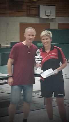 Kreiswart Thomas Freitag beglückwünscht die neue Kreismeisterin Sarah Schneider.