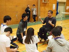 文京学院大学の学生さんたち。脇村選手が競技のこと、障害のことあれこれおしゃべり。
