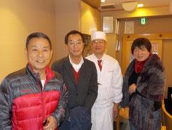 左から山本一力さん、原田、おひとりおいて一力さんの奥さま。2014年1月28日、都内某所にて撮影