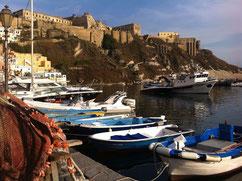 malerisches Ambiente am Hafen auf der kleinen Insel Procida