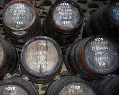 alte, gestapelte Weinfässer mit Kreidemarkierungen
