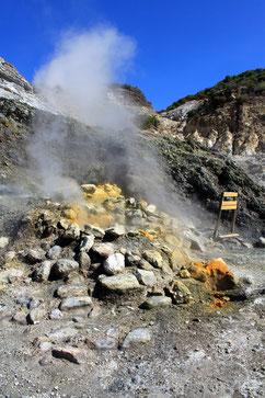 Schwefelablagerungen und Dampfbildung in den Phlegräischen Feldern