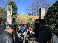 大勢の見学者で賑わう岩瀬邸の茅葺き替