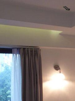 Bild: Hotelzimmer mit Pfeil an der Decke der nach Mekka zeigt.