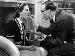 Dr. Higgins macht aus dem Blumenmädchen Eliza Doolittle eine feine Dame.