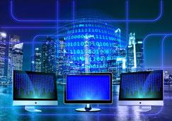 Ordinateurs et systèmes d'information alignés devant un paysage de ville futuriste
