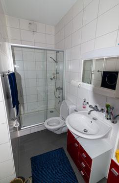 Einblick in die WG ANDOH AG: Badezimmer mit Dusche. Quelle: Selbst erstellt.