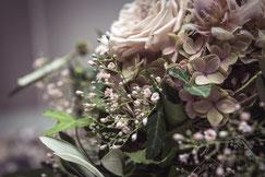 Blumenstrauss mit beigen Rosen und Hortensien