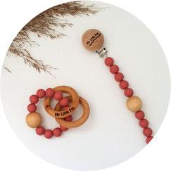 attache tétine en perles de bois et crochet avec anneau dentition en bois naturel. idéal cadeau naissance, bébé. anneau dentition à mordre pour soulager les poussées dentaire. création française unique et original. artisanat français