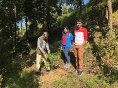 Dr. Rishi gibt sein Wissen der jungen Generation weiter; Sohn und Schwiegertochter, beides Ärzte