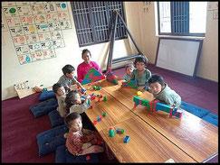 Die Kinder zeigen ihre Spielsachen
